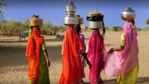 """令人同情的印度""""水妻"""",每天都要为丈夫取水,下雨天才能休息!"""
