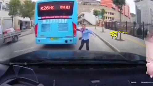 """""""无人驾驶""""公交车失控撞上私家车 女子尖叫声划破耳膜"""
