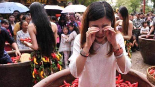 日本姑娘跟爸爸来中国旅游,刚到重庆就哭了:为啥是这样的呢?