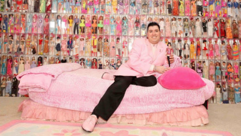 美国40岁大叔痴迷芭比娃娃,花费8万买少女心,堆满4个房间!