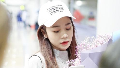 张紫宁机场获粉丝送花 低头赏花甜笑变暖心爱豆