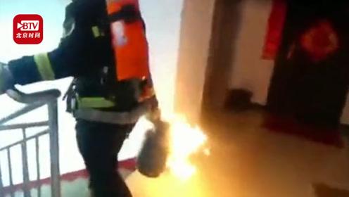 逆火而行!消防员徒手转移喷火煤气罐