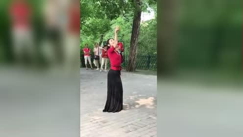 五十多岁大娘广场上跳孔雀舞!引众人围观!跳的还真不错
