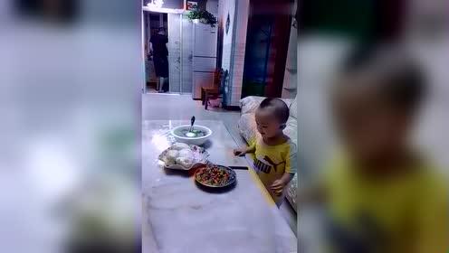 宝宝爱吃菜,看见菜就抓
