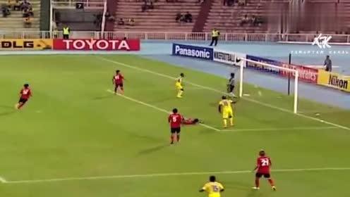 门将失误系列:守门员将球扑进球门,绝对是来玩票的!