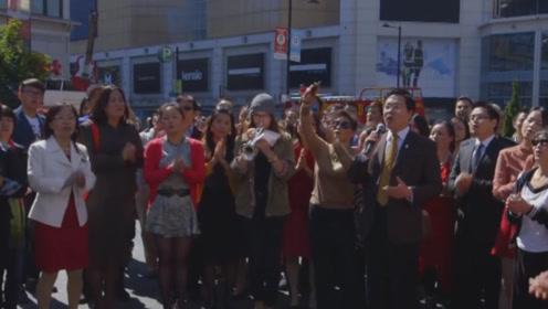 外国广场响起《我的中国心》,华人都停下脚步合唱,场面太震撼了