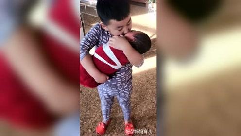 二胎生了个妹妹,哥哥天天抱着亲,是宠妹狂魔没错了!