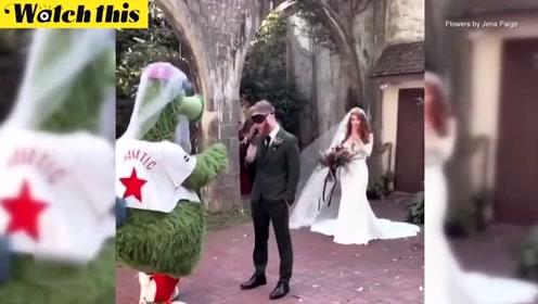 新郎被好基友戏服假装新娘吓呆 转身看到美丽的准新娘瞬间泪目