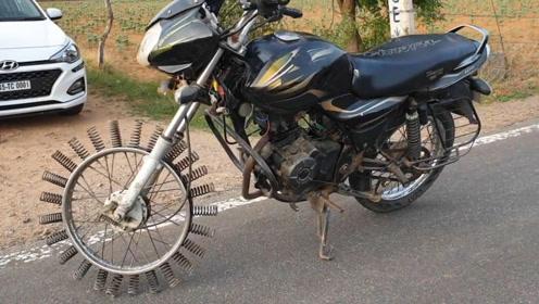 印度小伙给轮胎装了25根弹簧,一拧油门后,摩托车抖得怀疑人生