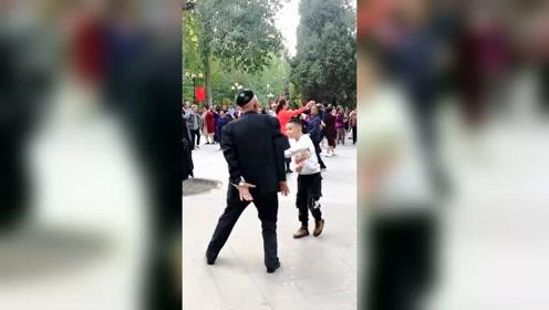 新疆小男孩,帅气的新疆舞