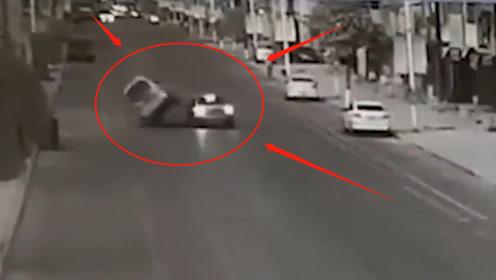 五菱神车:我是神车我怕谁?!丝毫不把左转轿车放在眼里,结果悲剧了!