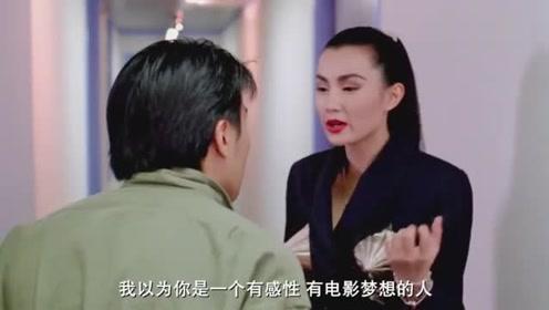 张曼玉这六亲不认的走姿,以及她的服装,令星爷一下就认出了她!