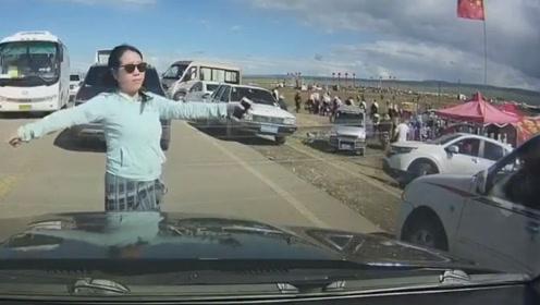爬个小坡暴露你的车技 关键还叫个女司机为你开道