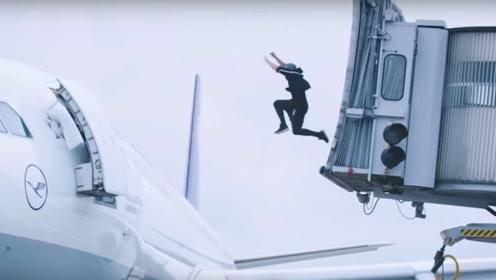 男子差点赶不上飞机,在机场上演极限跑酷,起飞前终极一蹦他能追上吗?