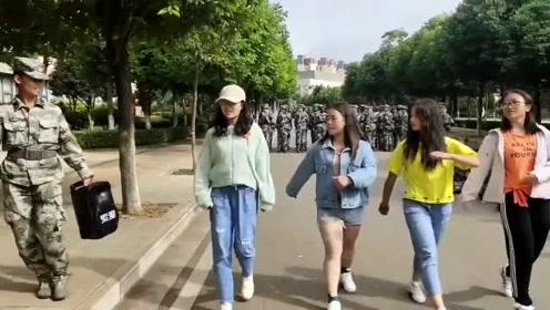 """军训结束的女大学生展示""""基本功"""",走那么快,腿长了不起啊?"""