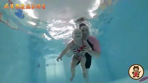 外国胖丫教练带着萌宝学游泳 两人在水中都是这么灵活