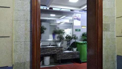 """你见过哪些奇葩设计?公厕镜子正对便池,如厕尴尬被""""直播"""""""
