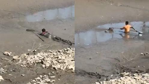 """太拼了!猪肉贵,为捉鱼浙江男子河中连滚带爬成""""泥人"""""""