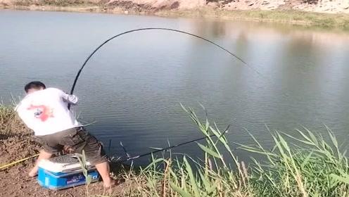 小伙子来水库里钓大物,没想到还真有大货上钩,鱼竿差点扯断了!