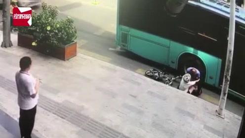 监拍:深圳一女子骑车路边行驶,惨遭后方公交车撞倒碾压小腿