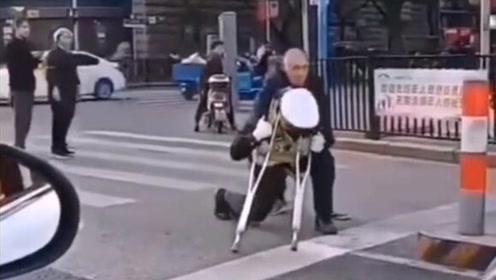 太帅了!拄拐老人行动不便 辅警单膝跪地背起老人过马路