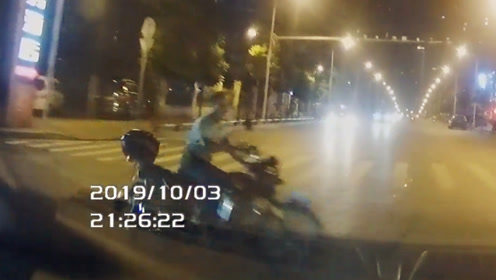 轿车路口与摩托车相撞 摩托连人带车被撞翻