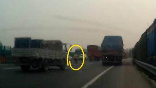 夫妻吵架孕妻被丢高速路,无助拦车