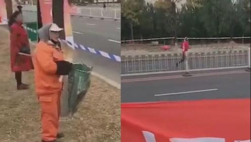 东北大妈吐槽式为马拉松选手应援走红网络:带那破玩意儿干啥!
