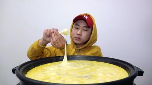 小哥挑战大锅熟芝士,三人要换班吃?网友:吃的真干净