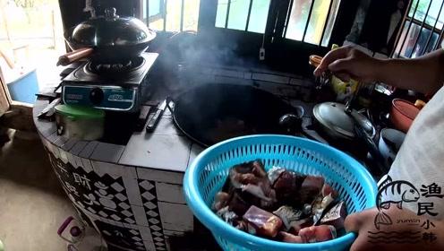 小韩今天自己做鱼干,还还炒了干鱼尝尝,这样做的鱼干真好吃