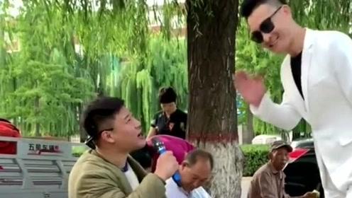 农村小伙神模仿刘德华,跟卖菜大叔合唱一首《来生缘》,耳朵都要怀孕了!