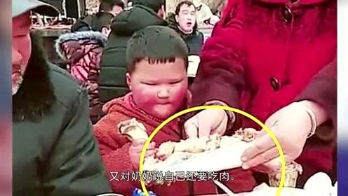 奶奶带娃吃宴席,还没开席便给娃碗里夹肉,网友:餐桌礼仪看教养