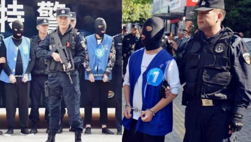 现场:安徽警方押解涉恶分子指认现场 特警在嫌疑人身边持枪警戒