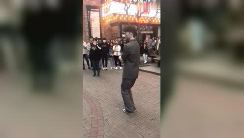 韩国街头的行为艺术小哥哥,浑身银色跳舞超酷!