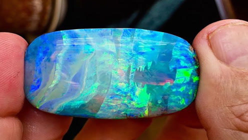 老外打井事挖到一块石头,鉴定后不淡定了,一克30价值万?