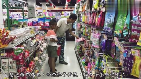 农村公爹发工资了,带着2个孙子上超市买吃的?2个孙子高兴坏了