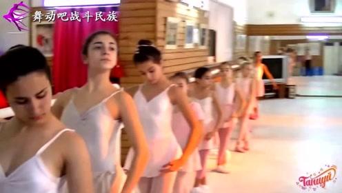 """3岁开始练""""剪刀腿""""!芭蕾小萝莉的脚尖都绷成了一条线"""