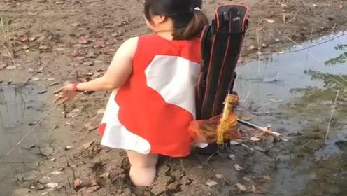 女朋友非要跟我出来钓鱼,这下惨了,估计我又要打光棍了!