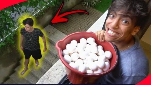 外国小伙恶搞朋友,将一桶鸡蛋倒在他头上,网友:这朋友还留着干嘛