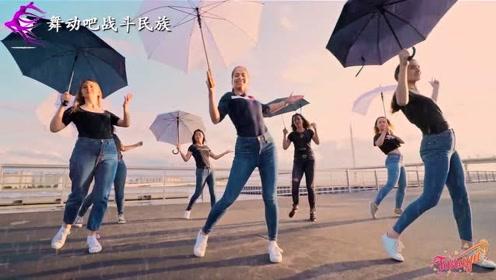 """打着伞也要跳广场舞!外国姑娘跳出了""""雨中曲""""的感觉"""