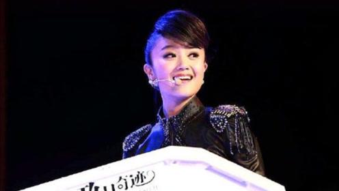 王小玮用双排键演奏《铁血丹心》,气势山河,主持人表示听了想哭