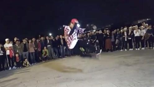 17岁小伙鬼步舞太厉害了,路人各种围观,高手在民间