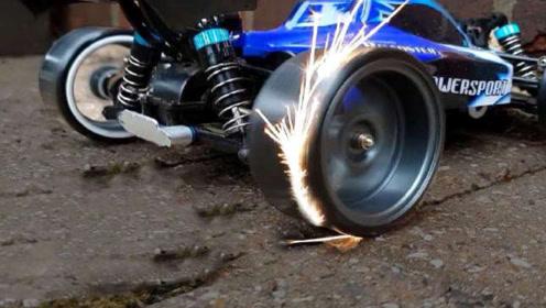 遥控赛车装上火石轮胎,开起来会怎么样?一路火花四溅简直太帅了