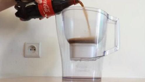 """国外最牛的一款滤水器,饮料倒进去直接""""变清水"""",真是不服不行!"""
