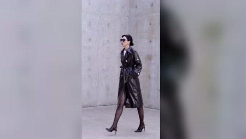 黑色亮片皮衣搭配丝袜黑色高跟鞋也太有气质了,很美!