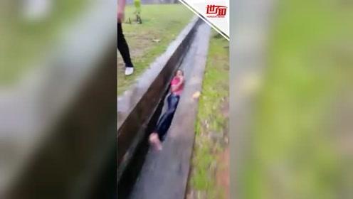 """男孩在臭水沟里""""冲浪""""走红 朋友:他妈拿鞭子追着他打"""
