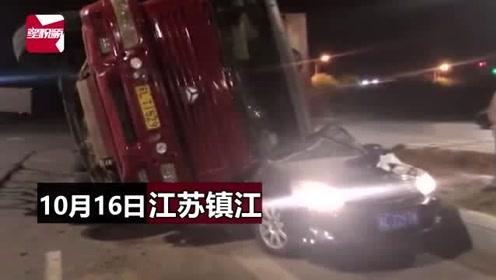 幸运!江苏一渣土车转弯发生侧翻,小车瞬间被压扁,司机死里逃生