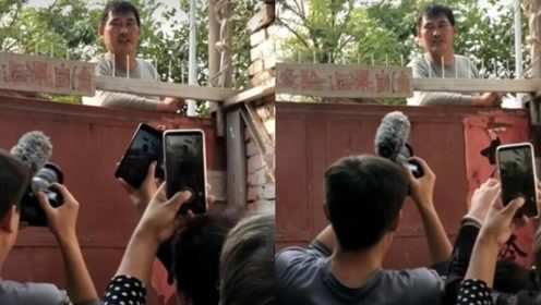 大衣哥家门口被堵得水泄不通,只能站在铁门上无奈为他们唱歌