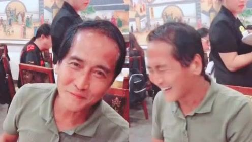 偶遇齐秦饭店用餐,60岁的他头发稀少发际线后退