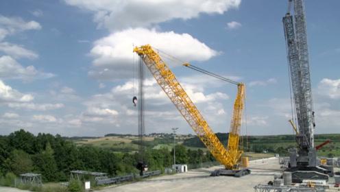 世界上最高的起重机,足足有37层楼的高度,能吊起870吨的物体!